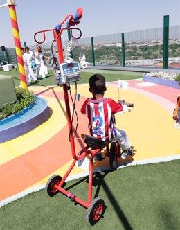 Un niño ingresado en el 12 de octubre conduce un triciclo