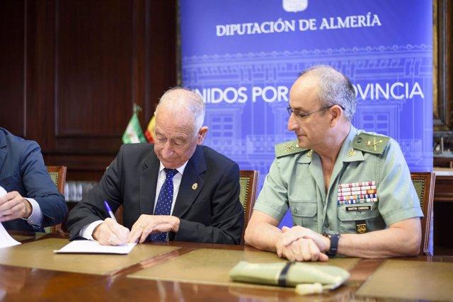 Gabriel Amat y el General Martín Cabrero, durante la firma del convenio.