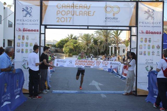 El atleta Zouhair El Janati entrando en meta en la prueba en Antas.