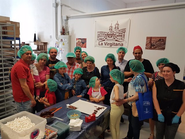 Los participantes en la ruta han visitado una fábrica de chocolate y miel.