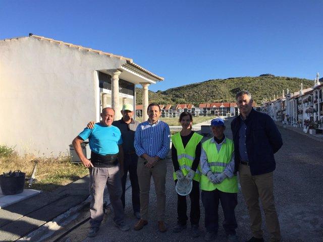 El diputado Guillermo Casquet junto a los trabajadores del PFEA.