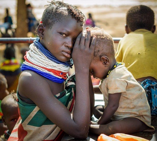Las familias llevan a sus niños malnutridos a pesar y medir en Lopiding Sub