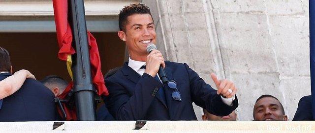 Cristiano Ronaldo en el balcón de la Comunidad de Madrid celebra la Liga
