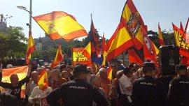 Unas 200 personas protestan contra la conferencia de Puigdemont en Madrid
