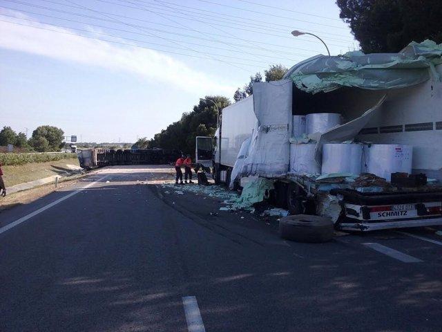 Accidente entre dos camiones en la AP-15, en Tafalla