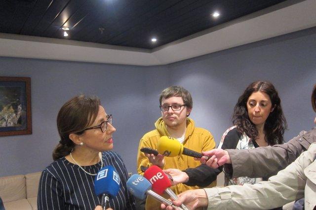 Belén Fernández realiza declaraciones a los medios.