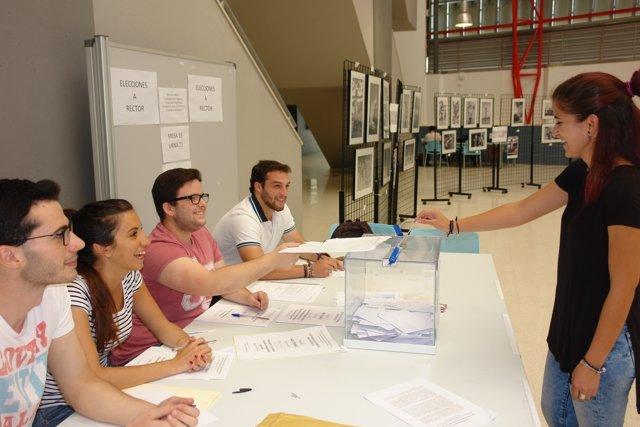Votación en las elecciones a rector de la UHU.