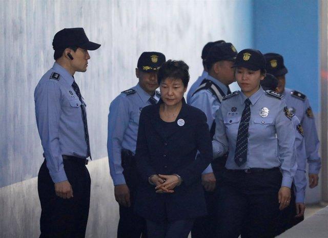 Expresidenta de Corea del Sur Park Geun Hye, esposada, llega a juicio