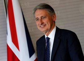 """Hammond dice que sus pensamientos están con las víctimas del """"salvaje ataque"""" de Manchester"""