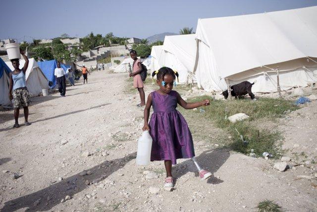 Una niña con una pierna ortopédica en Haití