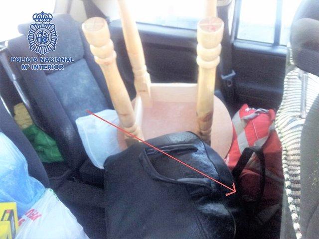Un hombre oculto entre equipaje intenta entrar en el país