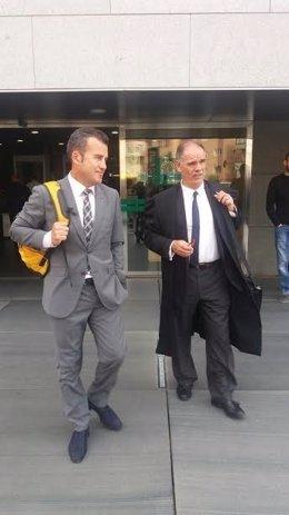 El alcalde de Carboneras, Salvador Hernández, junto a su abogado