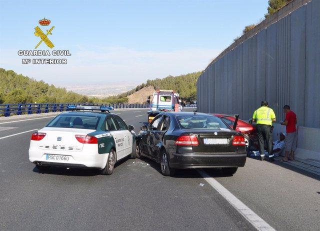 Accidente de tráfico y choque contra vehículo de la Guardia Civil