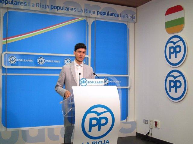 El diputado del PP de La Rioja  Álvaro Azofra en rueda de prensa