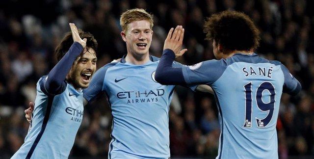 Sané, De Bruyne y Silva celebra un gol con el Manchester City