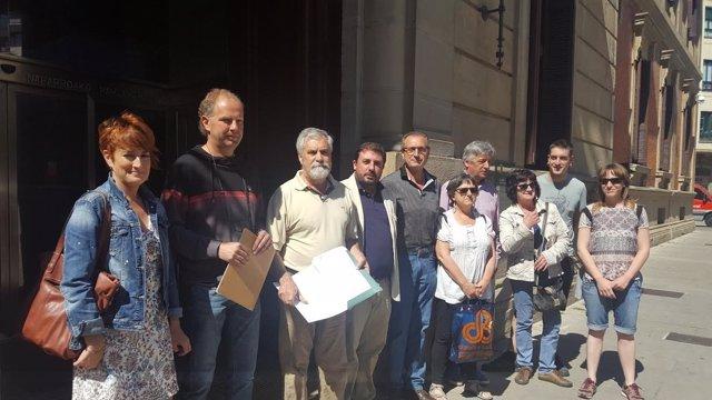 Vecinos de la Cendea en las puertas del Parlamento.