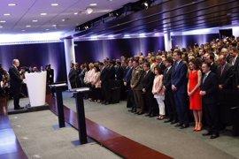 Los Reyes presiden un minuto de silencio por el atentado de Manchester al entregar becas La Caixa