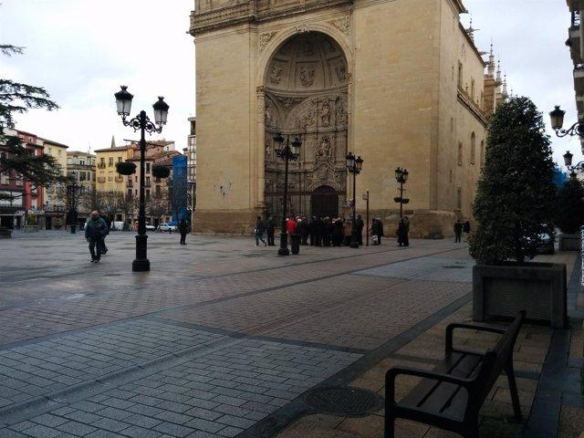 Un grupo de turistas, ante la catedral de La Redonda