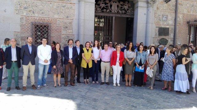 Ediles del Ayuntamiento de Madrid en el minuto de silencio en Plaza de la Villa