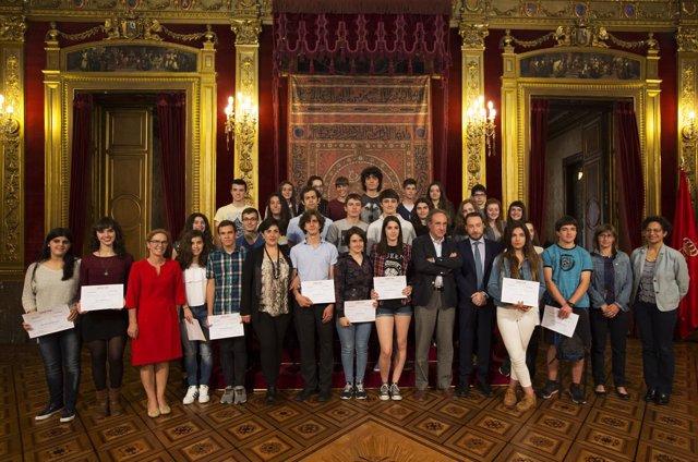 Foto de grupo de los galardonados con las autoridades.