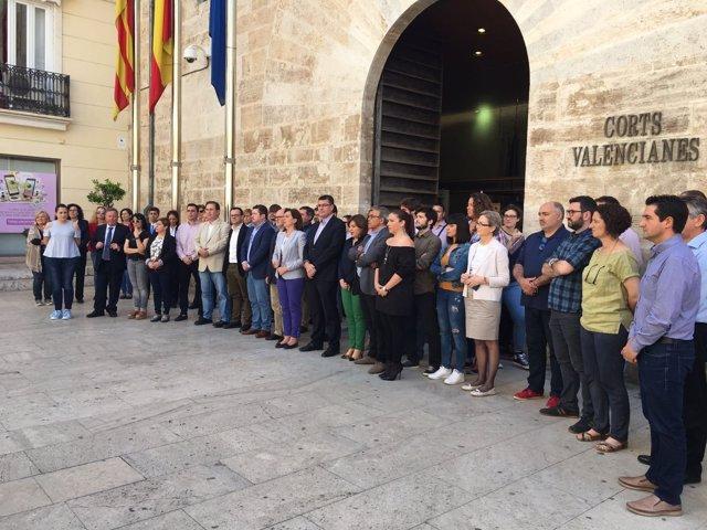 Concentración en las Corts Valencianes por el atentado de Manchester