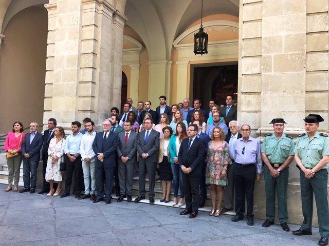 Minuto de silencio a las puertas del Ayuntamiento de Sevilla