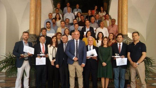 Antonio Ruiz (centro), junto a otras autoridades y galardonados