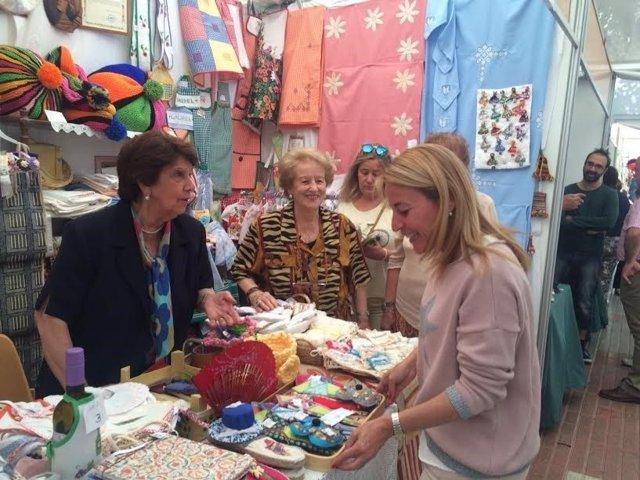 La alcaldesa de Cáceres inaugura la Muestra de Artesanía