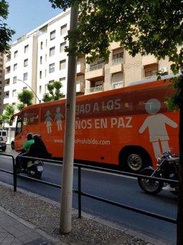 El autobús de Hazte Oír, en las calles de Granada