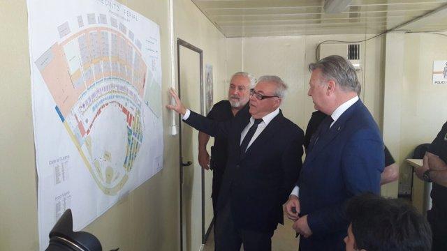Gómez, Aumente y Primo Jurado observan el mapa de la Feria