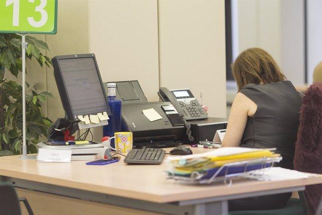 Trabajadora de la administración