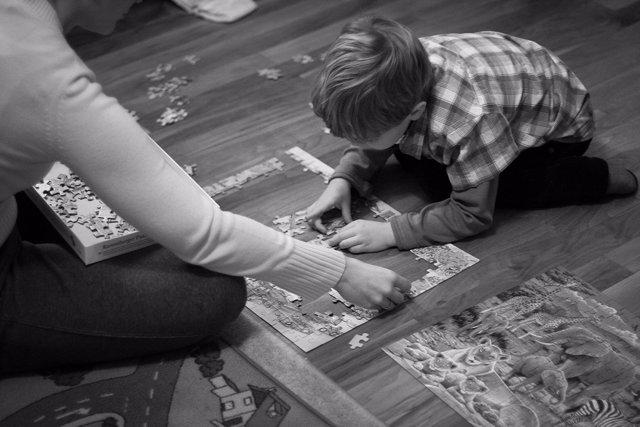 Niño jugando con un puzzle