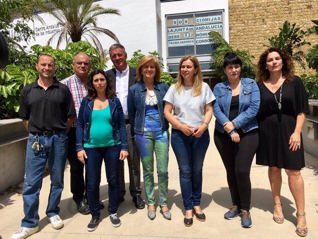 Oña y Ruiz Sillero con trabajadores del CIOMijas