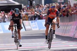 Nibali gana ante Landa y Dumoulin salva la 'maglia rosa' pese a una indisposición