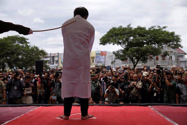 Condenados por sexo homosexual en Aceh, Indonesia, reciben varazos