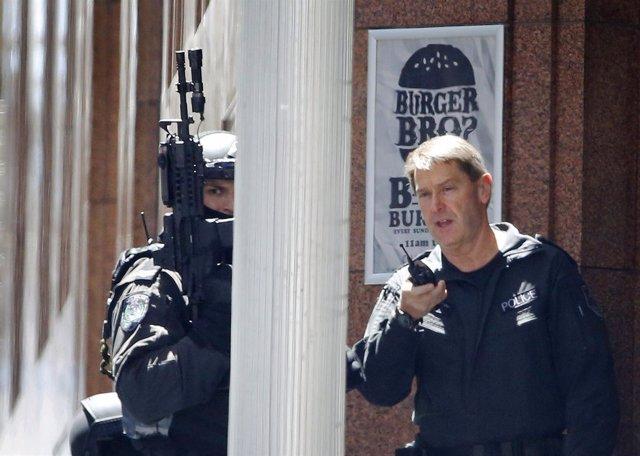 Policías en la operación contra el islamista atrincherado y con rehenes.