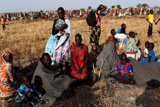 Mujeres y niños esperan recibir ayuda en Sudán del Sur