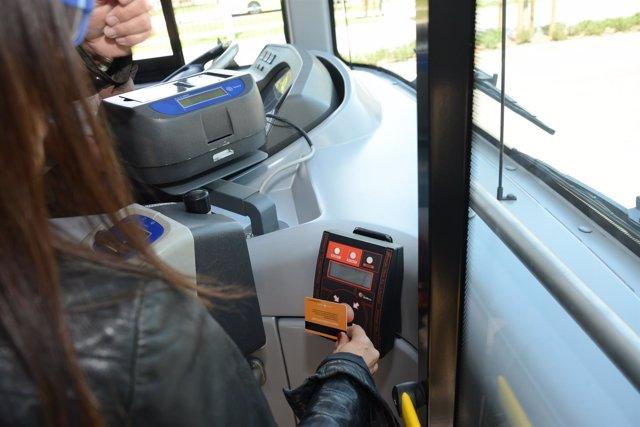 Una usuaria pagando con la tarjeta 'contactless' al subir al autobús