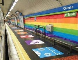 Retiran el vinilo arcoíris de la estación de Metro de Chueca a un mes de la celebración del World Pride