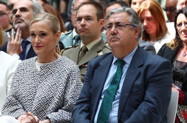 Cristina Cifuentes y Juan Ignacio Zoido en la entrega de un premio de la AVT