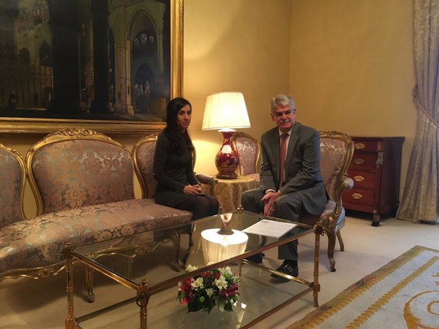 El ministro de Exteriores, Alfonso Dastis, con Nadia Murad, víctima de EI