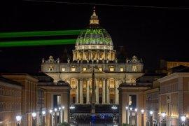 """Greenpeace proyecta un mensaje para Trump en la cúpula de la Basílica de San Pedro: """"La Tierra primero"""""""