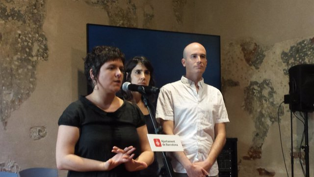 La concejal de Ciutat Vella, Gala Pin, con redactores del estudio