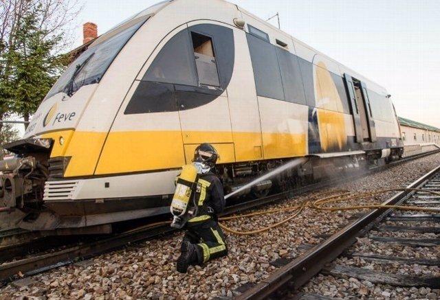 Los Bomberos de León extinguen el fuego declarado en una máquina de Feve