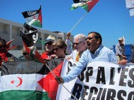 """Unas 40 personas se concentran ante el puerto contra el """"expolio"""" por la descarga de arena del Sáhara"""
