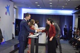 Los Reyes entregan una beca de 'la Caixa' a una estudiante de Baleares para cursar un posgrado en el extranjero