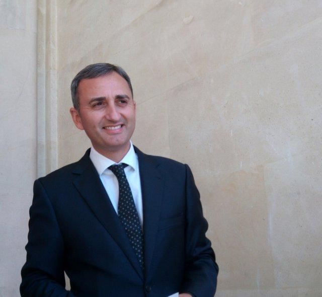 César Sánchez rie, este miércoles, tras anunciar la suspensión del Plurilingüimo
