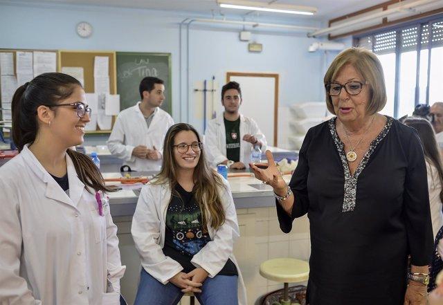 La Consejera De Educación, Adelaida De La Calle, Visita El Instituto De Educació