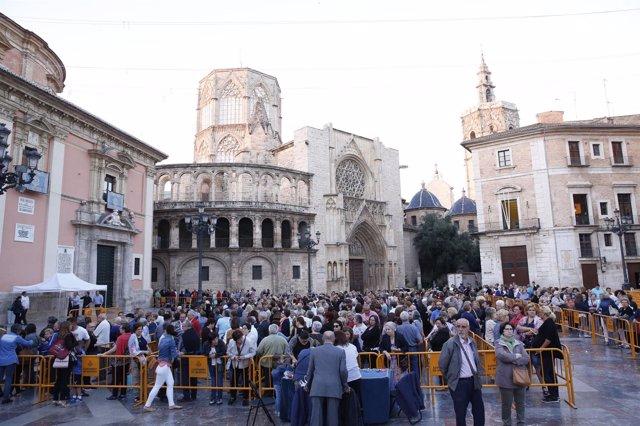 Comienza el besamanos público a la Virgen de los Desamparados