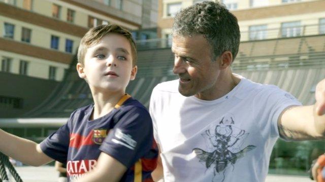 Luis Enrique con uno de los niños ingresados en el hospital